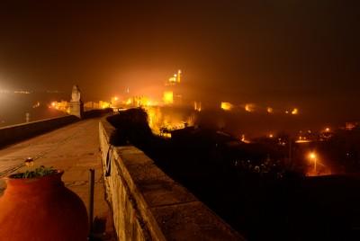 хълмът Царевец през нощта