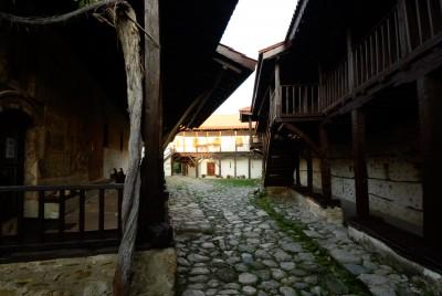 Част от двора на Роженския манастир пред входа на църквата