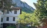 От двора на манастира в посока скалите