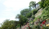 Къща в най-високата част на градината, погледната отдолу