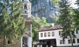 Църквата на манастира на фона на скалите