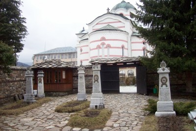 Мемориални паметници в двора на църквата