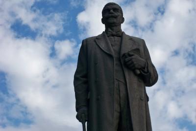 Монумент на Иван Вазов в центъра на Сопот