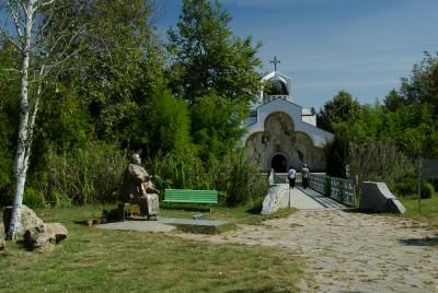 "Паметник на Ванга на фона на храма ""Св.Петка"""