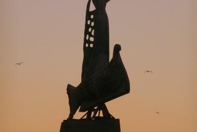 Статуята на рибаря на залез