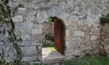Врата, разделяща двора