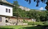 Южната част на двора на Деяновския манастир