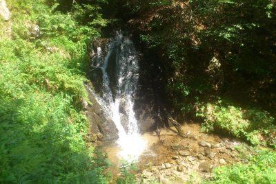 Водопад в близост до хижата